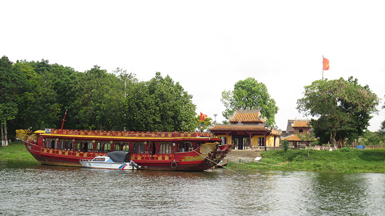 HUE BOAT TRIP ON PERFUME RIVER